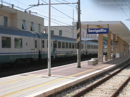La stazione ferroviaria (FS) di Senigallia, treno, binario, linea ferroviaria