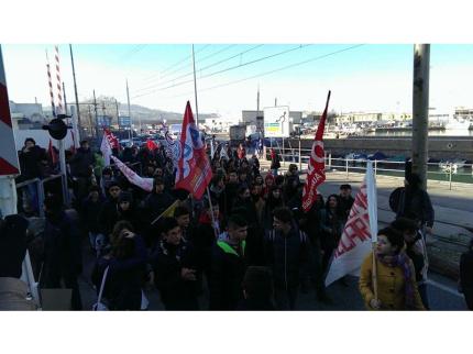 Immagini dello sciopero ad Ancona del 12 dicembre. Tratta da Globalproject.info