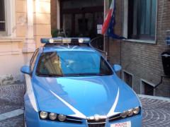 Una pattuglia della Polizia davanti il Commissariato di Osimo