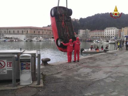 recupero auto in mare, Ancona