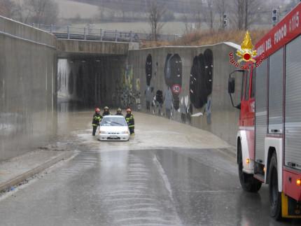 Intervento dei Vigili del fuoco di Fabriano in un sottopassaggio ferroviario allagato a Moscano