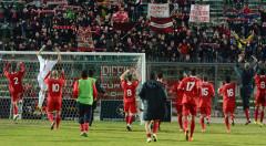 giocatori Ancona festeggiano la vittoria