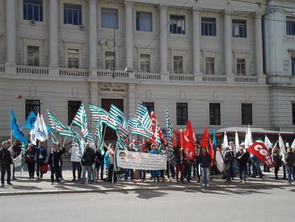 Sit in di protesta contro i tagli annunciati da Poste Italiane nelle Marche