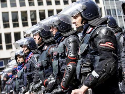 Polizia alla manifestazione no-Expo di Milano