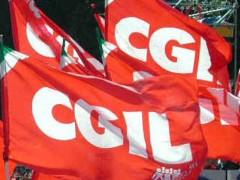 Manifestazione con le bandiere della Cgil