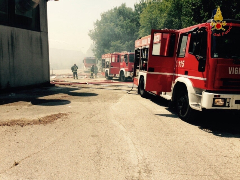"""Incendio alla """"Gatto Cucine"""" di Camerano, intervengono i Vigili del ..."""