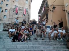Gli artisti del Cirque du Soleil ricevuti dal sindaco di Corinaldo Matteo Principi sulla celebre scalinata del pozzo della polenta