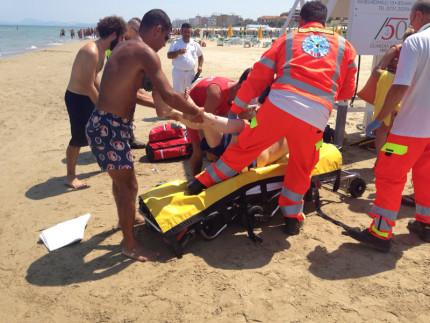 Operazione di salvamento di un bagnante a Senigallia per un malore in acqua