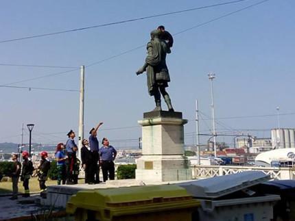 Un giovane greco è salito stamani sulla statua di Traiano ad Ancona, davanti alla sede della Banca d'Italia
