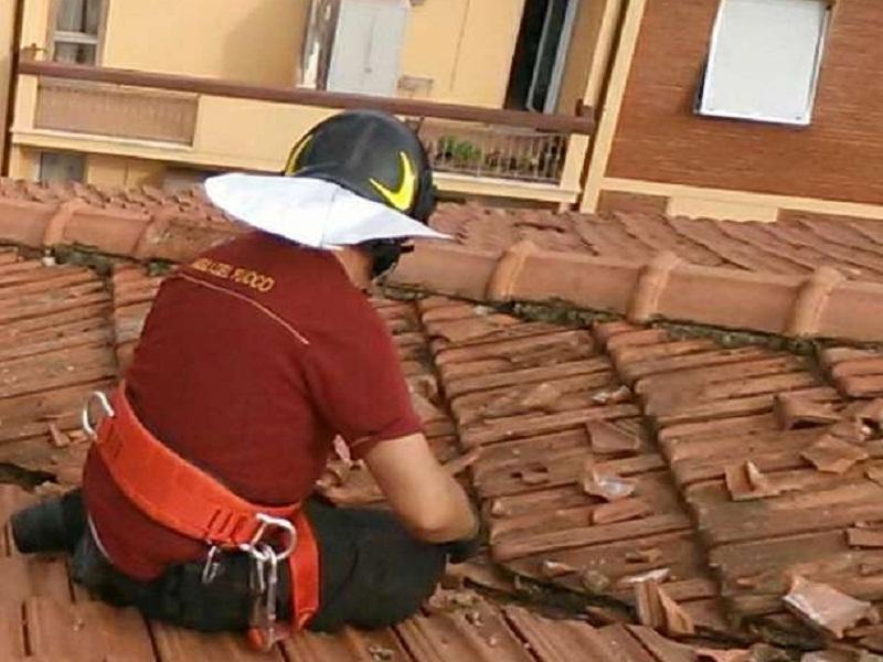 Vigile al lavoro su un tetto