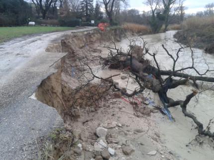 La strada mangiata dal fiume Misa in via Coppetto a Ostra