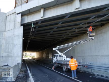 Operai al lavoro in un sottopasso autostradale