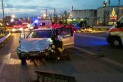 La scena dell'incidente avvenuto all'ingresso della variante SS16 a Falconara: l'intervento di Polstrada, Vigili del Fuoco e 118