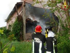 I Vigili del Fuoco intervengono a Sassoferrato per l'incendio a un capanno agricolo