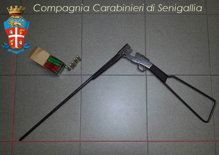 Il fucile e i proiettili sequestrati dai Carabinieri a Montemarciano