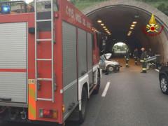 Auto contro guardrail sull'asse nord-sud ad Ancona: Vigili del Fuoco sul posto