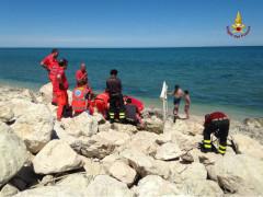 Vigili del Fuoco soccorrono una persona incastrata tra gli scogli a Marina di Montemarciano
