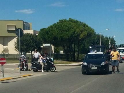 Il luogo dell'incidente in via Podesti a Senigallia: Carabinieri e Finanza sul posto, oltre al 118