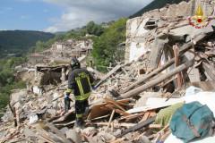 I soccorsi e i Vigili del fuoco a Pescara del Tronto, Ascoli Piceno, al lavoro per liberare dalle macerie persone e cose dopo il terremoto del 24 agosto 2016