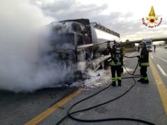 Camion in fiamme sull'autostrada A14 tra Montemarciano e Senigallia