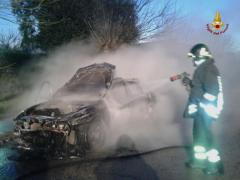 Veicolo in fiamme a Porto Recanati