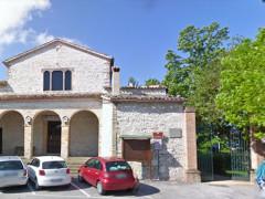 L'ex convento dei frati Cappuccini (chiostro San Francesco)ad Arcevia e, a fianco, l'ingresso per i giardini Leopardi