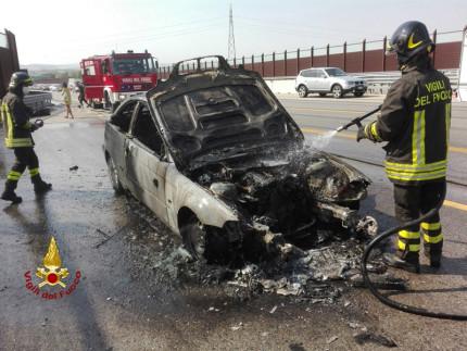 Un'autovettura si è incendiata al Km 206 della corsia nord dell'autostrada A14, poco dopo il casello di Montemarciano