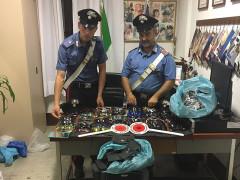 Il sequestro operato dai Carabinieri di Senigallia a un commerciante ambulante abusivo