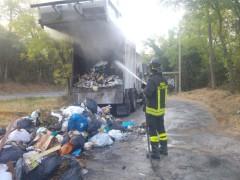 Incendio di un camion per la raccolta dei rifiuti