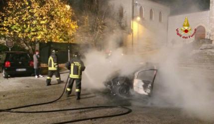 auto in fiamme a Sassoferrato