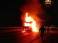autoarticolato in fiamme sulla A14