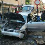 Impatto di un'automobile in un'isola pedonale di Falconara