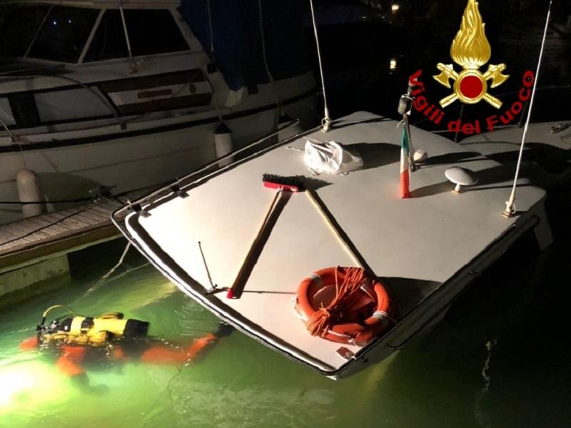 Imbarcazione affondata a Marina Dorica