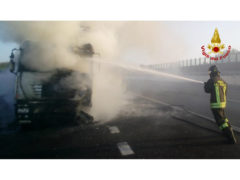 Autocarro in fiamamae sulla A14 all'altezza di Montemarciano