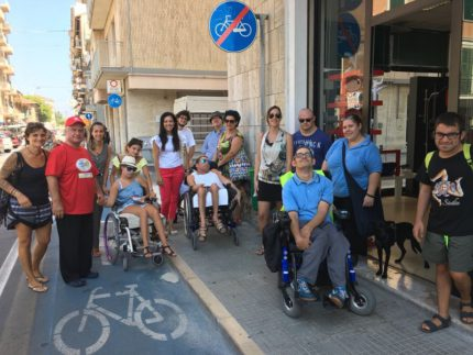 Passeggiata per evidenziare barriere architettoniche per disabili a Falconara