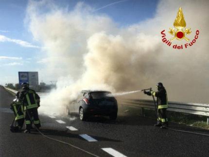 auto in fiamme sull'A14 tra i caselli di Montemarciano e Ancona Nord