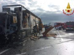 Incendio autoarticolato sull'A14