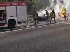 Incendio ai danni di un'automobile lungo l'A14