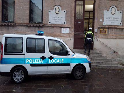 Auto della Polizia Locale presso la Biblioteca comunale di Falconara