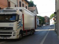 Camion in via Petrarca a Senigallia