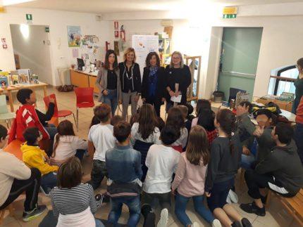 Il sindaco Stefania Signorini in visita alla biblioteca di Falconara