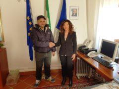 Il sindaco di Falconara Stefania Signorini e il commerciante Sheta Gaber Ahmed Ahmed