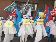 Flash mob dei precari davanti all'Ufficio scolastico regionale