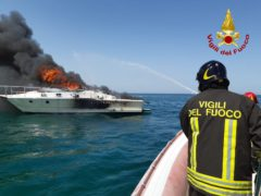 Incendio di un'imbarcazione davanti al porto di Ancona