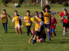 Bambini giocano a rugby a Falconara