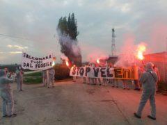 Manifestazione a ridosso della centrale Eni di Falconara