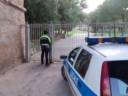 Controlli della Polizia Locale al parco Kennedy di Falconara