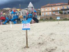 Cartelloni con indicazioni anti-Covid installati sulle spiagge di Falconara Marittima