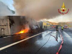 Incendio di un tir lungo l'A-14