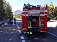 Auto in fiamme lungo la Statale 76